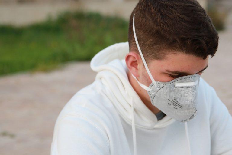 ילד עם מגן נשימה
