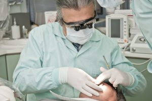 רופא שיניים בפעולה